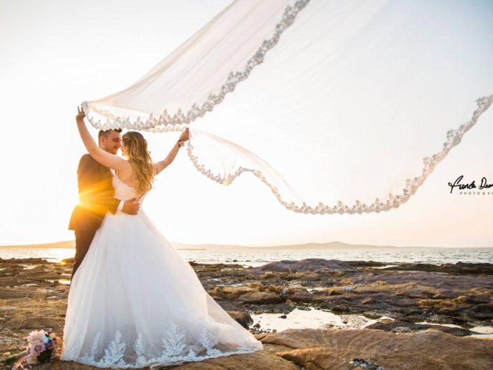 ayvalık cunda pateriça şeytan sofrası sarımsaklı düğün nişan nikah save the date trash dress dış mekan çekimi fotoğrafları gülşen ve zafer